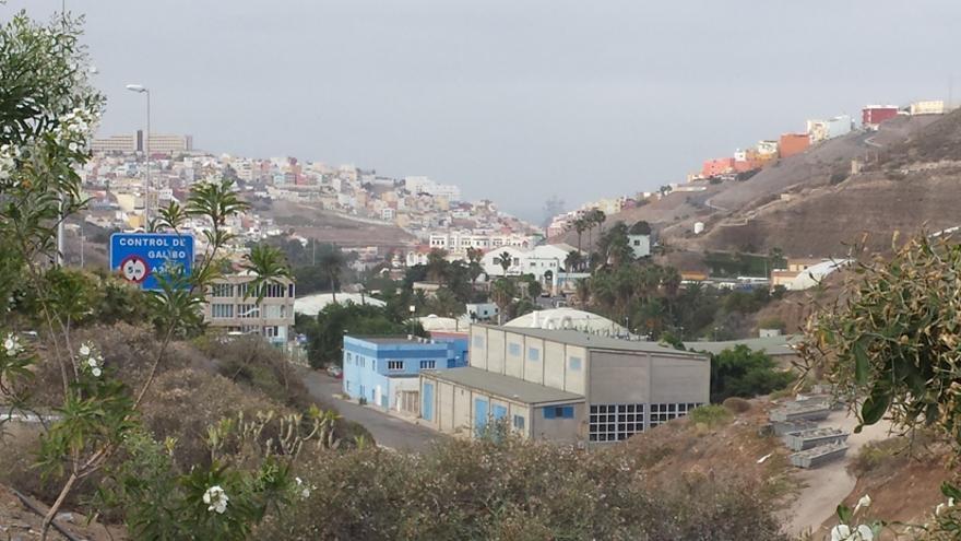 Depuradora de Barranco Seco con el barrio al fondo.