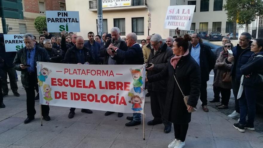 La ultracatólica plataforma 'Escuela Libre de Ideología' lee un manifiesto frente a la Delegación del Gobierno en Murcia / Santiago Cabrera Catanesi