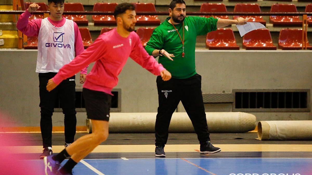Josan González, da instrucciones durante un entrenamiento.