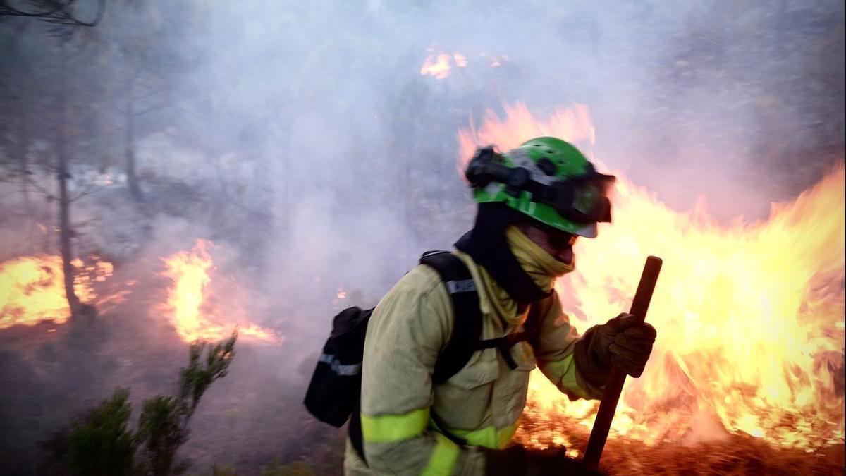 Un bombero lucha contra las llamas del incendio forestal declarado el pasado jueves 8 de septiembre en Sierra Bermeja, en la provincia de Málaga.