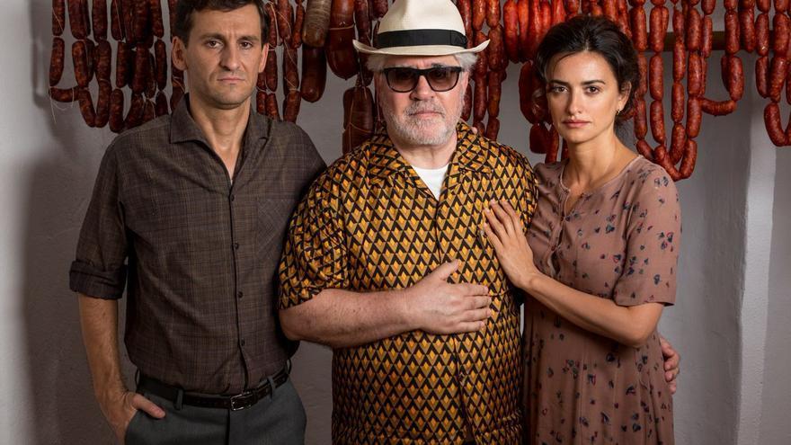 Almodóvar con Raúl Arévalo y Penélope Cruz, sus padres en 'Dolor y gloria'