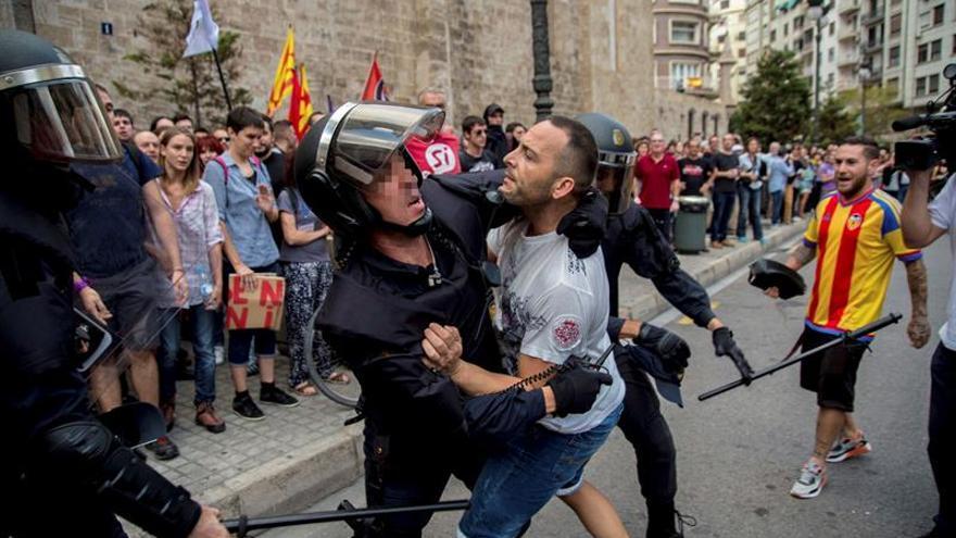 Ultras revientan la manifestación nacionalista del 9 de Octubre en Valencia