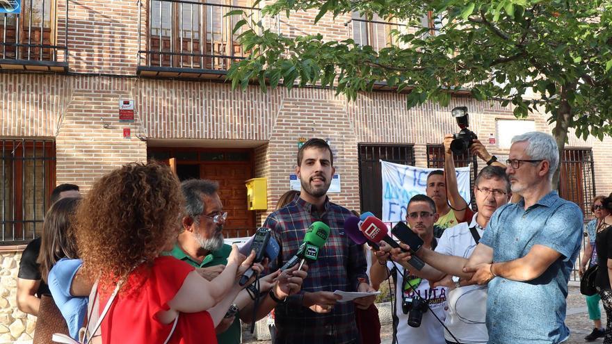 El alcalde de Fontanar, ante la prensa a las puertas del Ayuntamiento