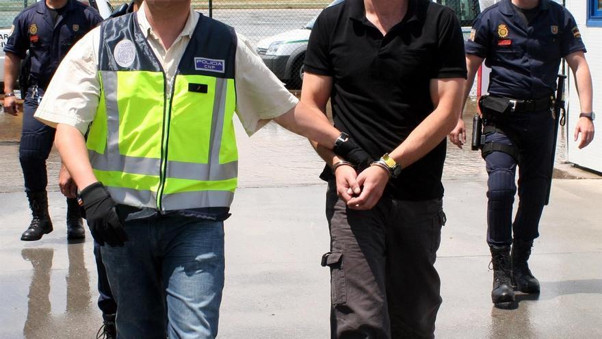 Mikel Garikoitz Aspiazu Rubina, 'Txeroki' junto a un policía