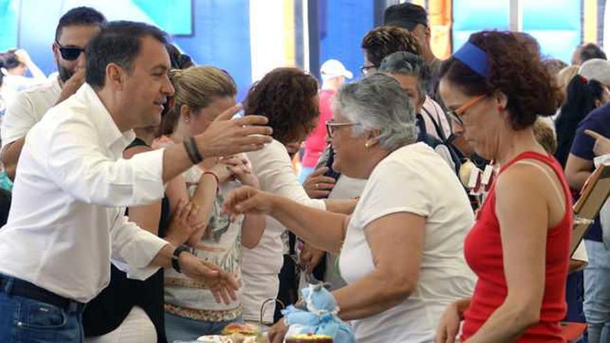 José Manuel Bermúdez, alcalde de Santa Cruz de Tenerife saludando a lo vecinos.