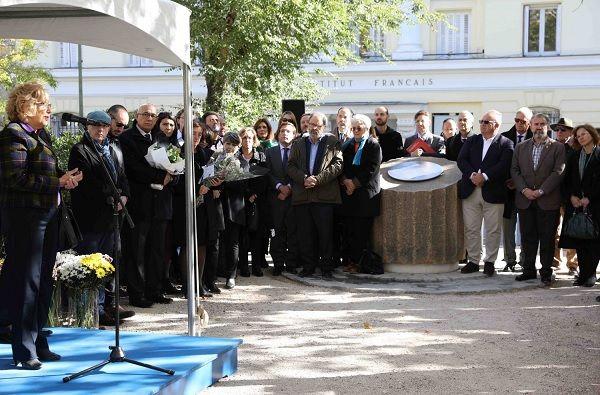 Inauguración de la placa de homenaje a las víctimas de los atentados de París en la Plaza de la Villa de París | Fotografía: Ayuntamiento de Madrid