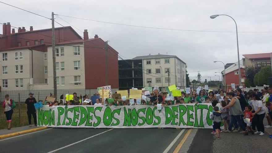 Protesta en As Pontes contra el cierre del colegio, el pasado viernes