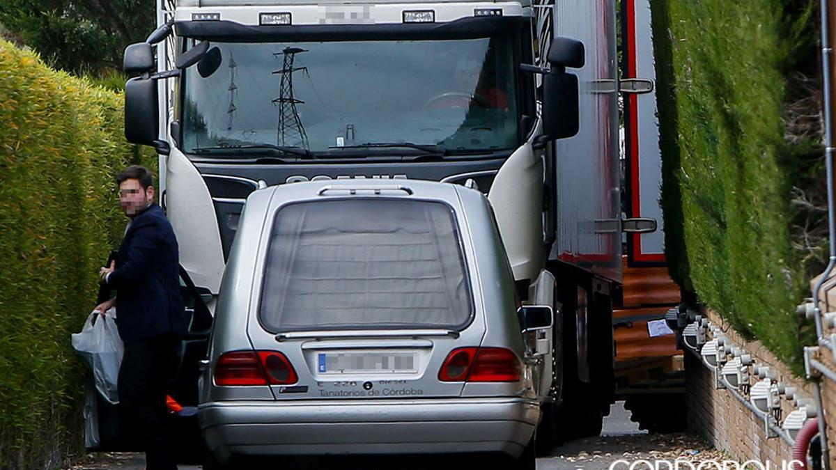 LleUn coche fúnebre y un camión cargado de ataúdes llegando al tanatorio cordobés