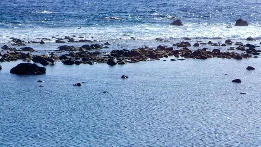 Varios bañistas en las playas de Valle Gran Rey, en la isla de La Gomera. VIAJAR AHORA