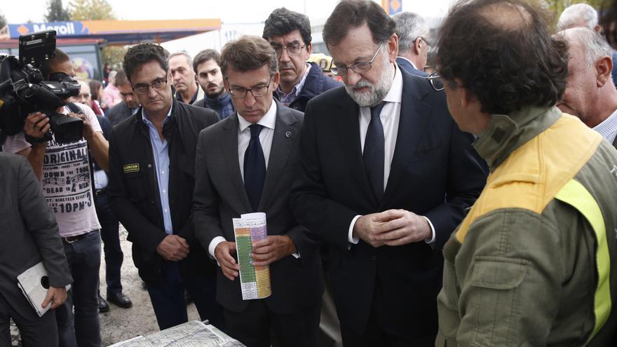 Fernández-Couto (izquierda), visitando una zona afectada por los incendios de octubre con Rajoy y Feijóo