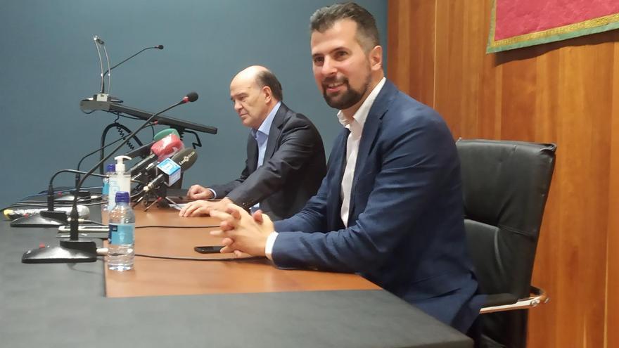 Luis Tudanca y el presidente del Consejo de Colegios Oficiales de Médicos de Castilla y León.