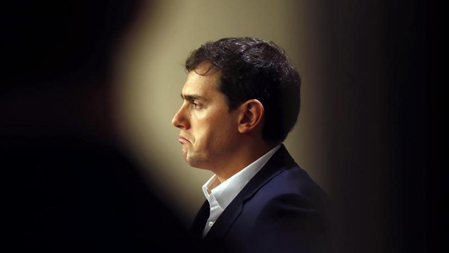 Rivera pide a Puigdemont no buscar otro choque de trenes que tape la corrupción