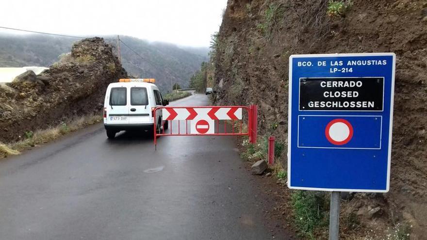 En la imagen, carretera de Los Brecitos (LP-214) cerrada al tráfico este domingo.