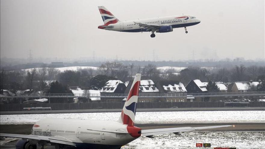 El aeropuerto de Heathrow cancela 70 vuelos por la nieve en el Reino Unido