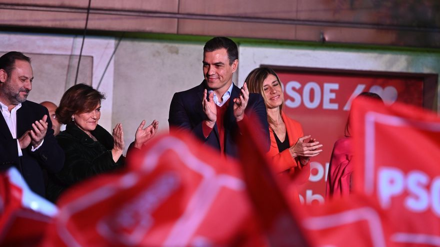 El líder del PSOE Pedro Sánchez y la cúpula del partido celebran los resultados del 10N