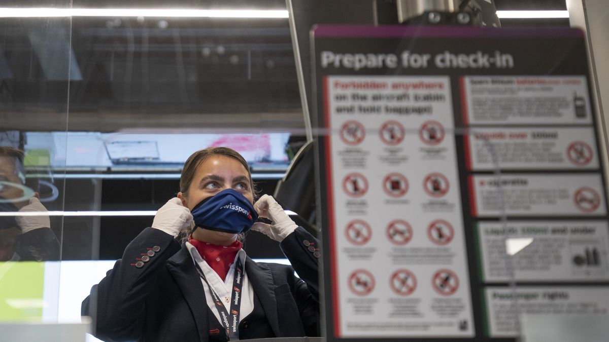 Una trabajadora con mascarilla en el aeropuerto de Edimburgo.