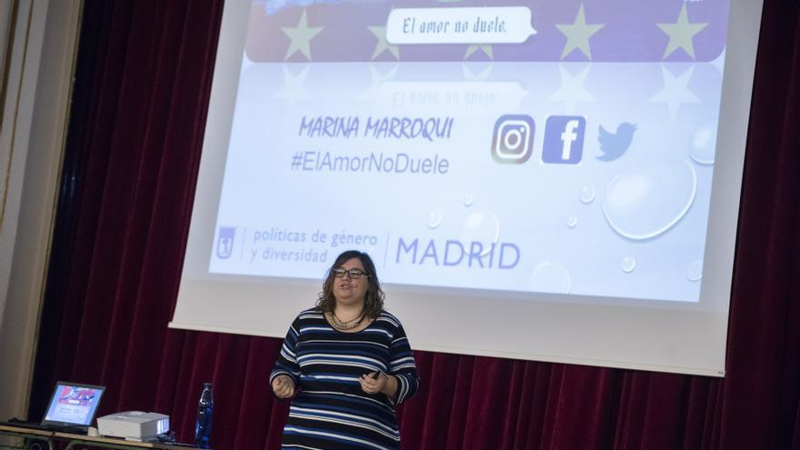 Marina Marroquí impartiendo el taller El amor no duele en el CEIP Ramiro de Maeztu