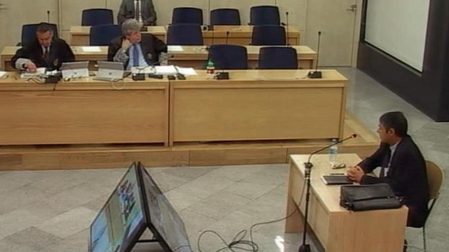 Imagen captada de la señal institucional de TV de la Audiencia Nacional. El mayor de los Mossos d'EsquadraJosepLluísTrapero (d), durante su declaración en la segunda jornada del juicio a la cúpula de los Mossos por su papel en el proceso soberanista catalán, este martes, en la Audiencia Nacional en Madrid.