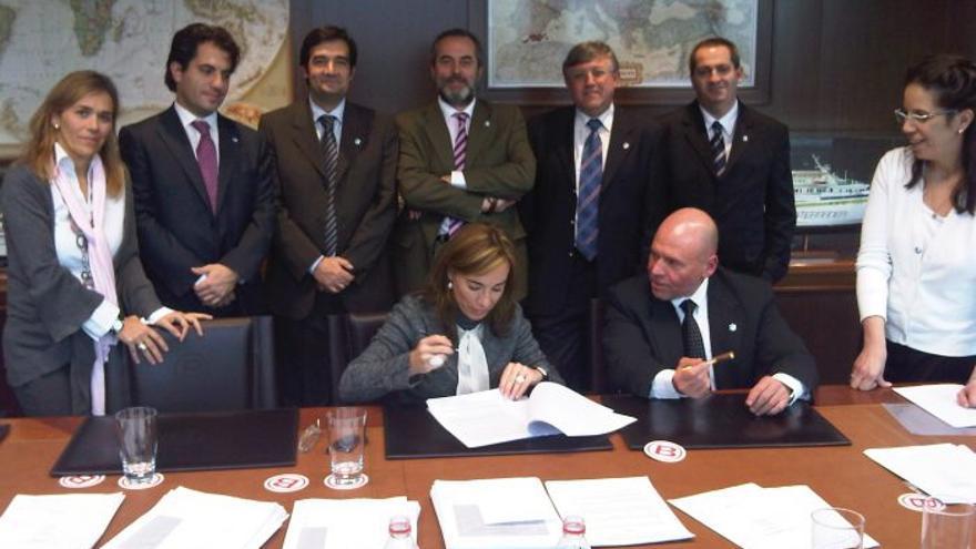 Alicia Martín firmando un contrato del grupo Boluda