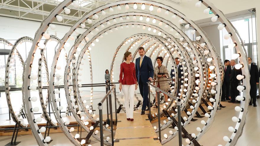 Don Felipe y doña Letizia durante su recorrido por la exposición del artista contemporáneo belga Carsten Höller. | CS