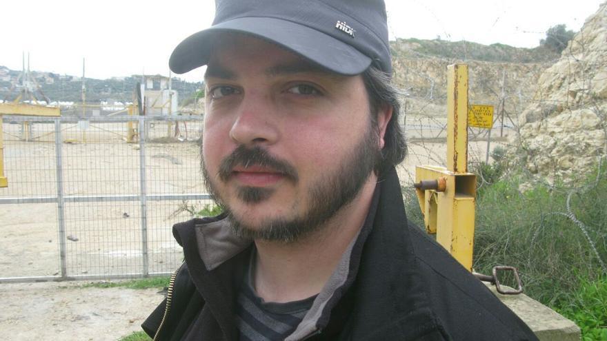 José Carlos Ceballos ante la valla de seguridad israelí que separa a muchas comunidades palestinas de sus tierras de cultivo.