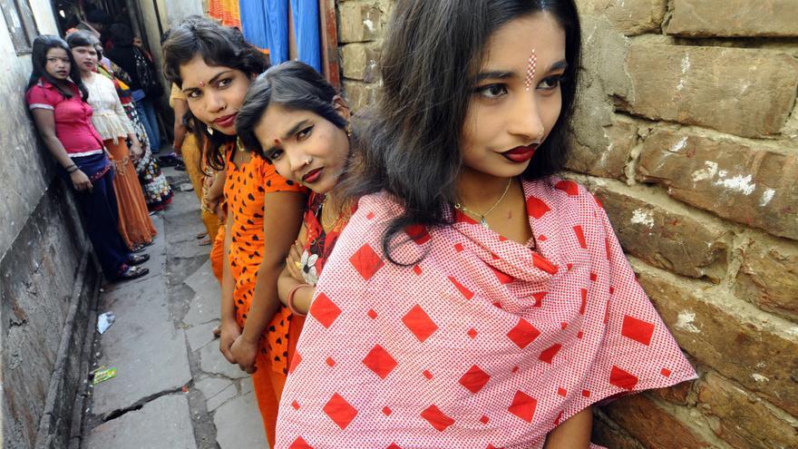 Trabajadoras del sexo en un callejón de Faridpur, a unos 130 kilómetros de la capital de Bangladesh, Dacca, esperan la llegada de clientes. / Zigor Aldama.