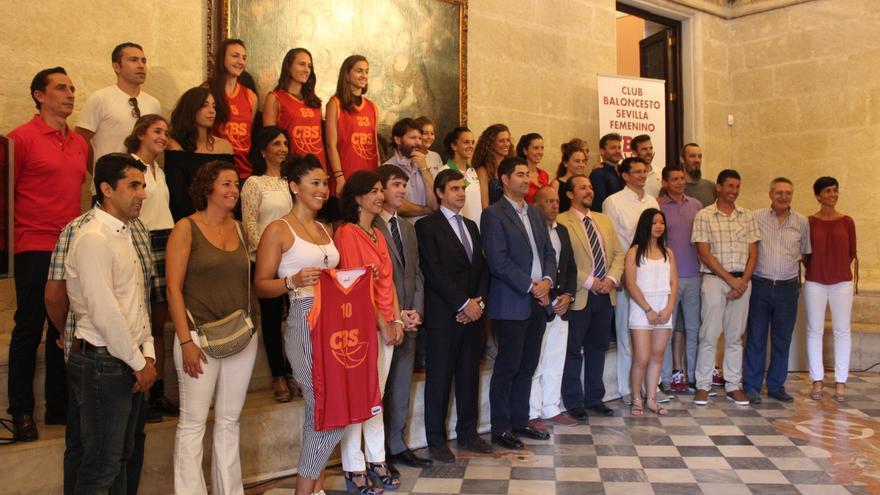 Foto de familia en la presentación del Club Baloncesto Sevilla Femenino
