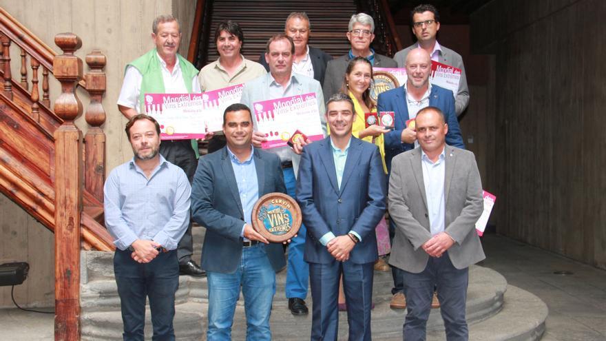 Parte de los bodegueros premiados en el concurso de Cervim, junto a Narvay Quintero y Abel Morales