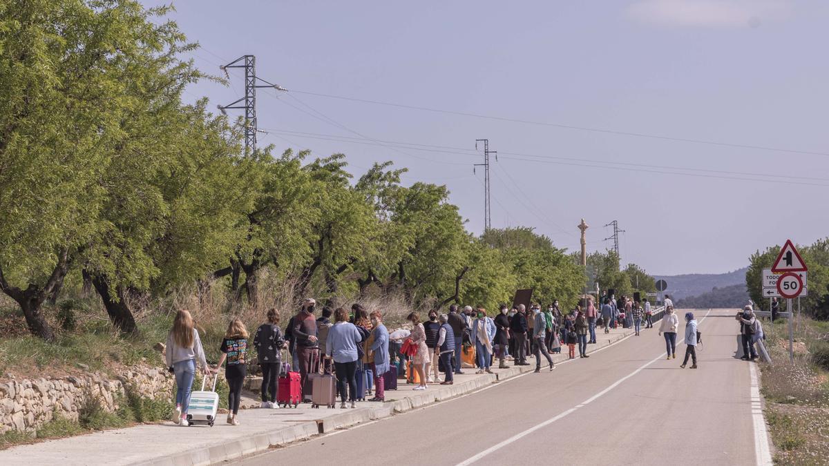 Los vecinos de La Mata en la carretera con las maletas hechas.