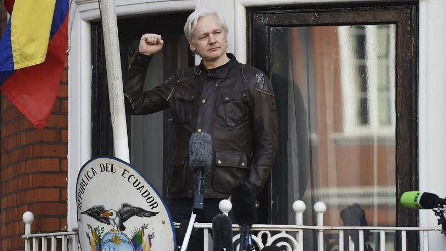 Assange es arrestado en la embajada de Ecuador en Londres