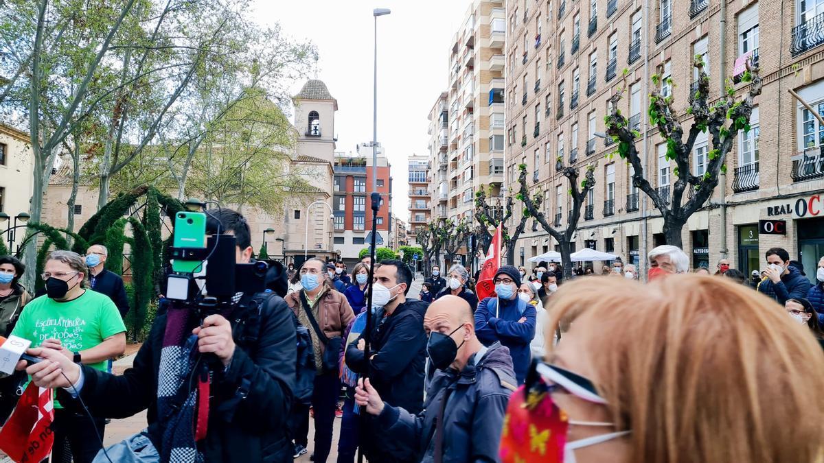 Un centenar de personas se manifiesta en contra de que los ex de Vox se hagan con la Consejería de Educación en Murcia