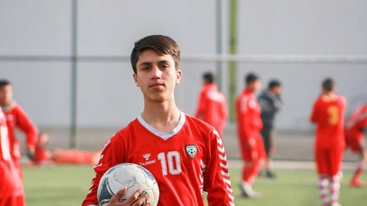 Zaki Anwari, el joven jugador de la selección juvenil de fútbol afgana que murió tras caer de uno de los aviones de evacuación.