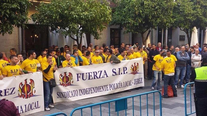 Las protestas fueron constantes a las puertas del Ayuntamiento jerezano.