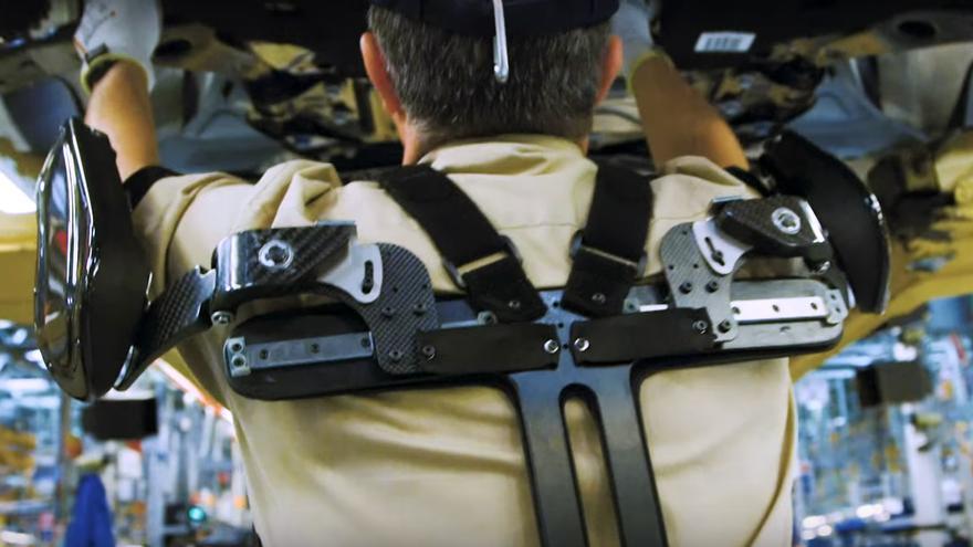 Un trabajador de Ford Almussafes con un exoesqueleto