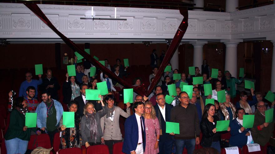 Diversas asociaciones formaron este miércoles en Sevilla una gran V de color roja para simbolizar la entrega altruista de los colectivos hacia las personas más desfavorecidas