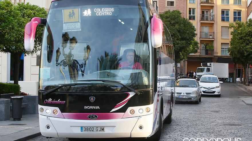 Imagen de archivo de un bus escolar en el centro   MADERO CUBERO