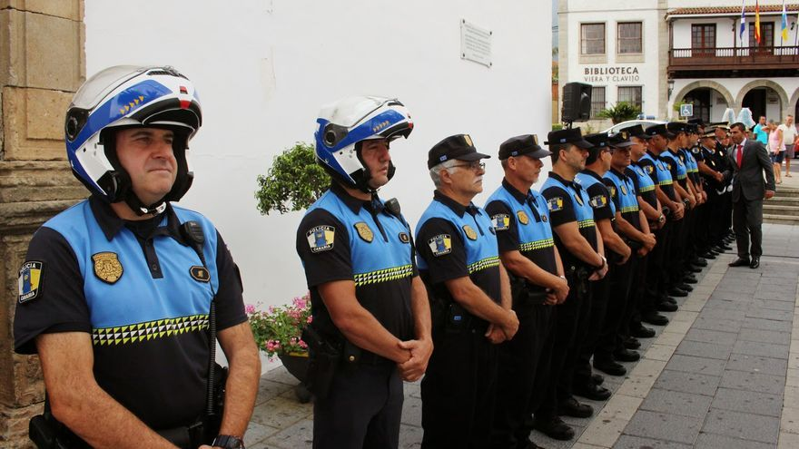 El alcalde Manuel Domínguez, en un acto oficial con la Policía Local de Los Realejos