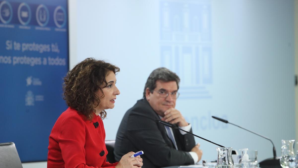 La ministra de Hacienda, María Jesús Montero, y el ministro de Inclusión, Seguridad Social y Migraciones, José Luis Escrivá en una imagen de archivo.