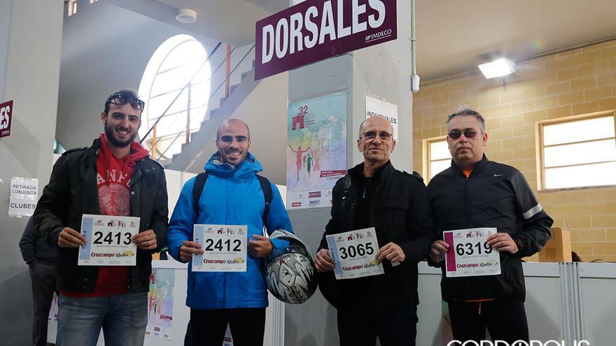 Varios corredores de la Media Maratón recogen sus dorsales.   ÁLEX GALLEGOS