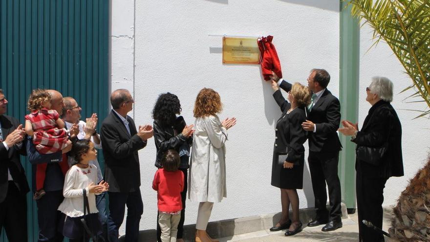 Descubrimiento de la placa en el terrero municipal de Las Manchas.