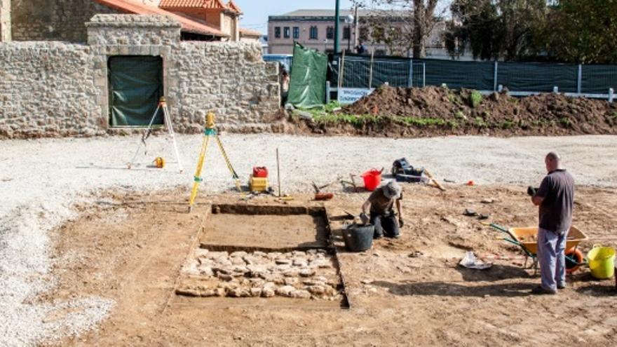 Intervención arqueológica en Suances por parte de Javier Marcos y Lino Mantecón.