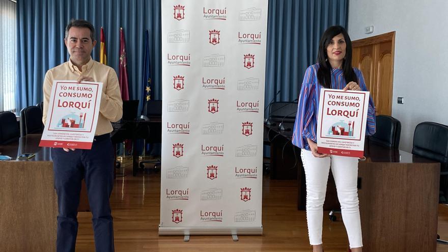 El alcalde de Lorquí junto a la concejal de Comercio