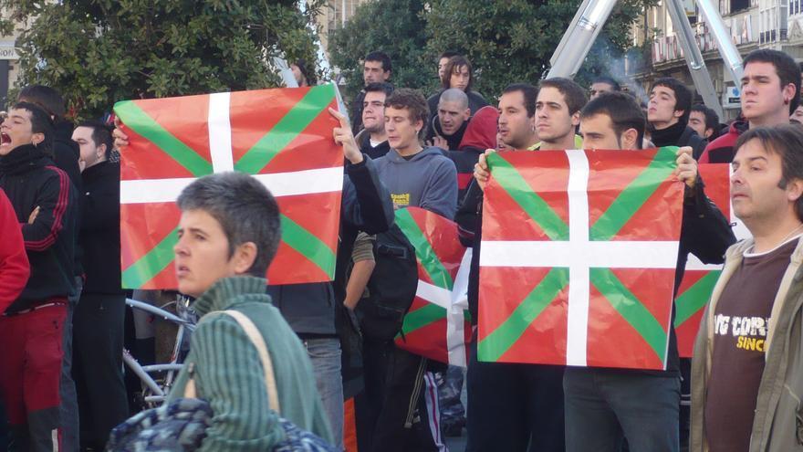 Protesta abertzale contra las movilizaciones de la Falange, el 25 de octubre de 2008 en Vitoria