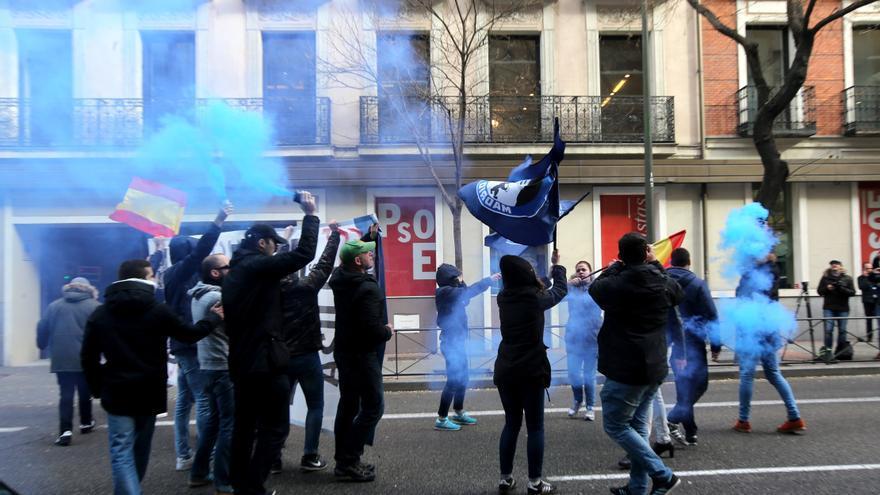 Manifestación de los ultraderechistas Hogar Social Madrid frente a la sede del PSOE en Madrid en 2015 / EFE