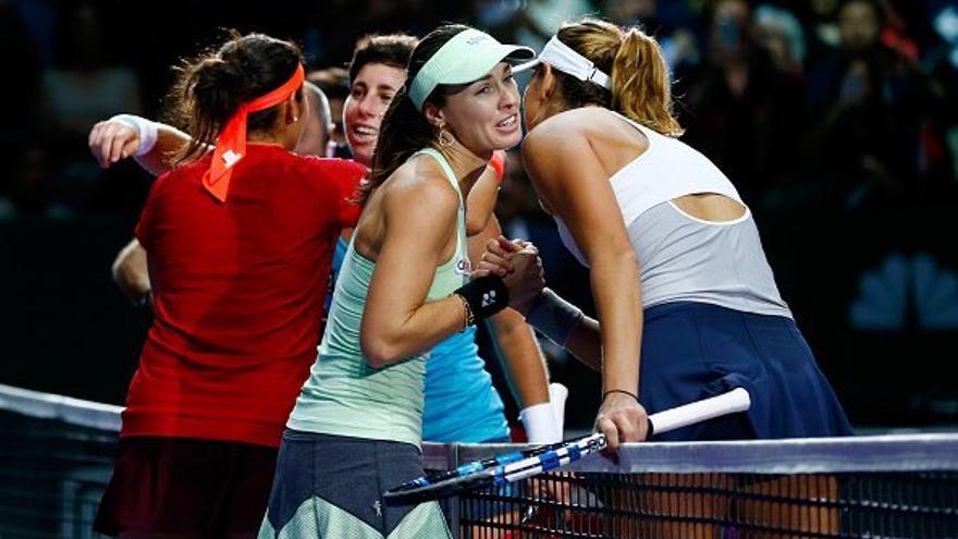 Las cuatro tenistas saludándose al finalizar la final del Masters de Dobles de Singapur. (Twitter oficial de Carla Suarez).