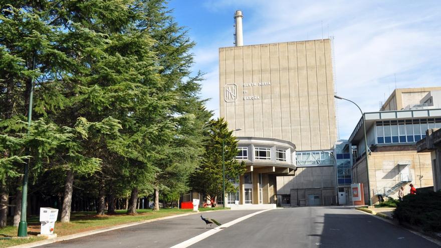 Entrada principal de la central nuclear de Santa María de Garoña, en Burgos.