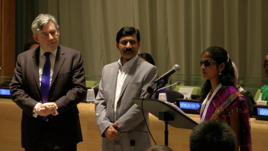 Aswhini junto a su padre y Gordon Brown en un discurso en las Naciones Unidas / Imagen cedida por Ashwini Angadi
