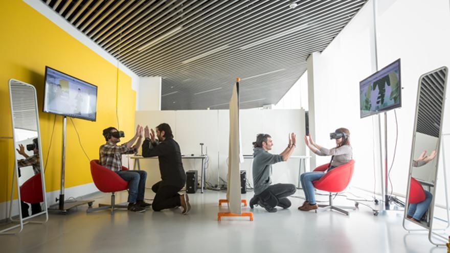 La dinámica del intercambio de cuerpo virtual requiere de dos asistentes que guían a los participantes.