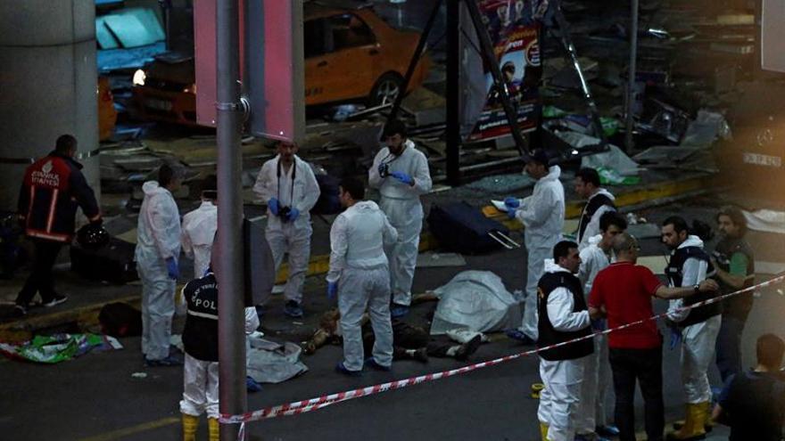 Investigadores forenses examinan el lugar del atentado suicida.