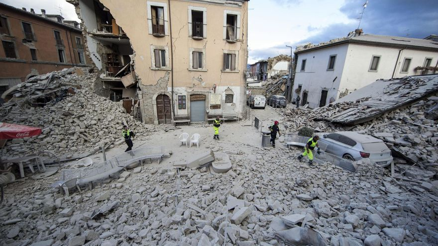 Parte de un edificio derrumbado en el centro de Amatrice, uno de las localidades más afectadas por el terremoto / Massimo Percossi AP